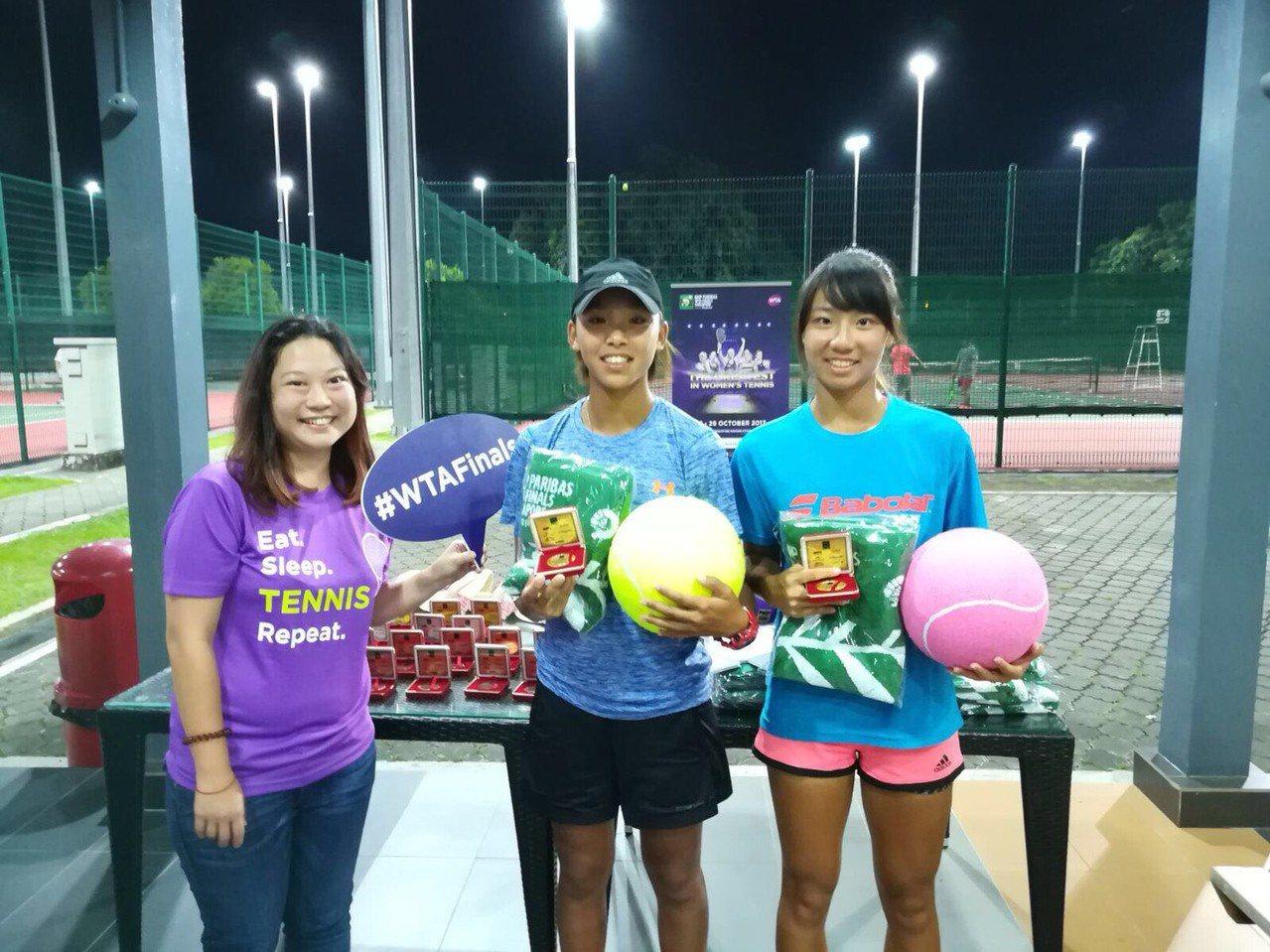 吳思誼(中)今年在ITF新加坡站贏得女子雙打冠軍。圖/余紹弘提供