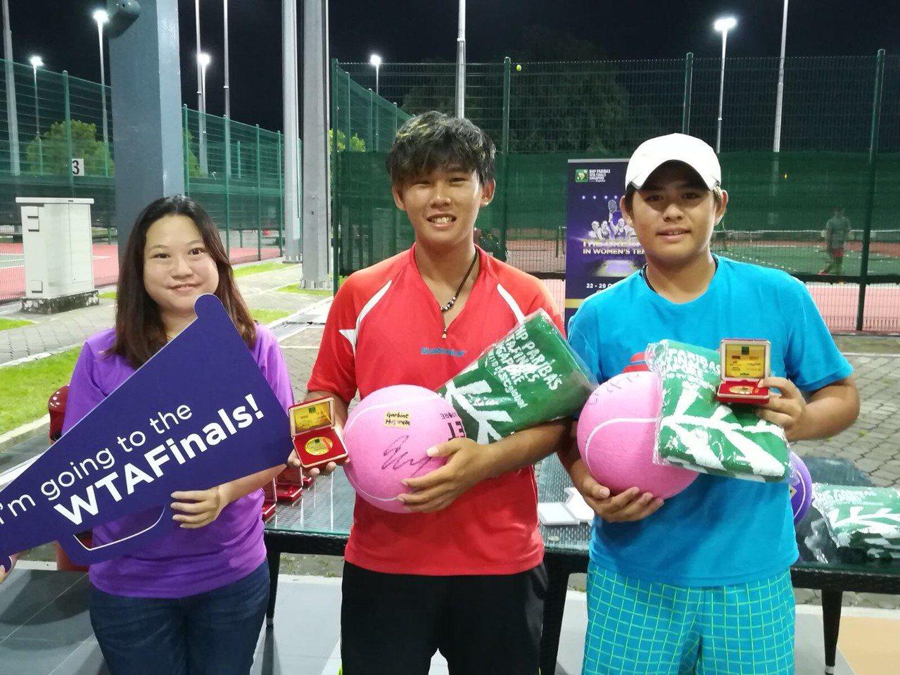 余桀丞(右)和哥哥余驊宸(中)贏得ITF新加坡等站雙打冠軍,哥哥還奪下個人冠軍。...