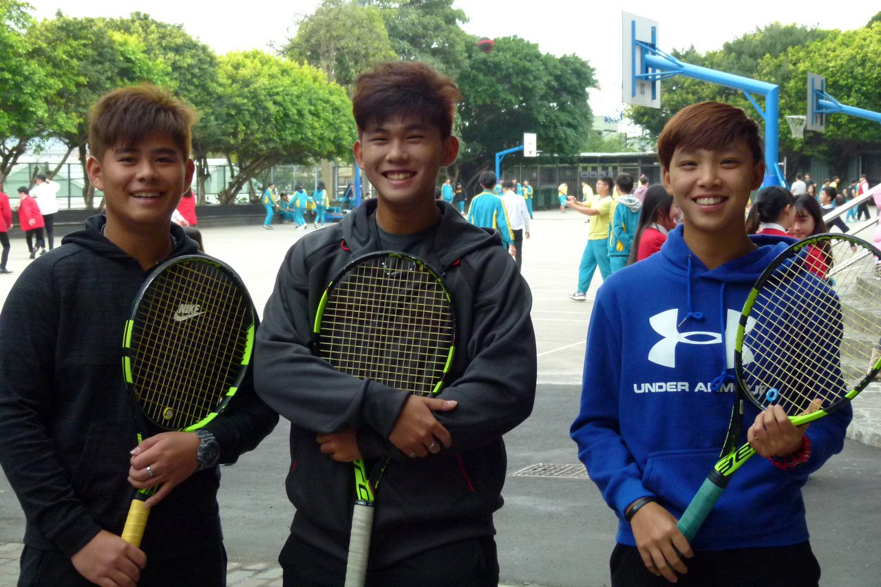 永平工商吳思誼(右起)和余驊宸、余桀丞今年在國際青少年網球錦標賽成績進步顯著。記...