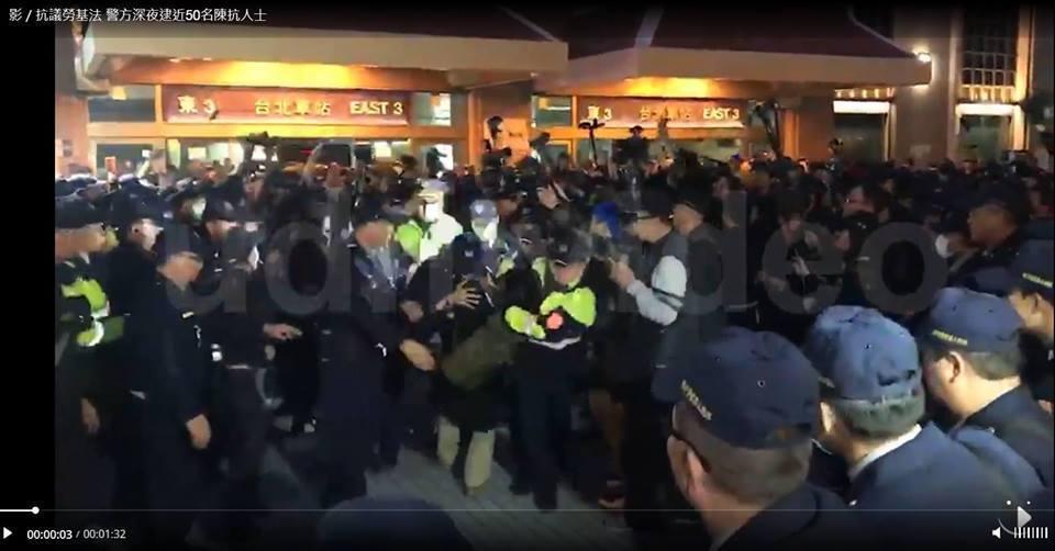 陳又新律師遭警方強行帶上警備車。圖/翻攝聯合資料庫。