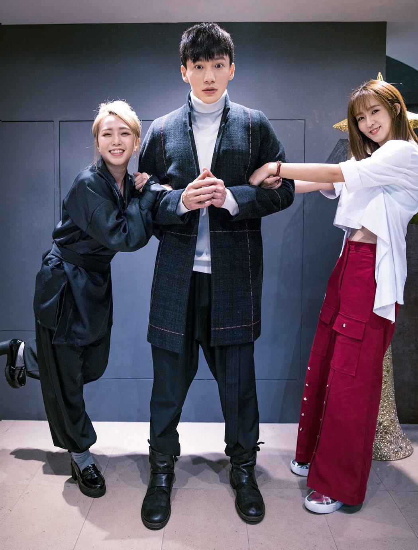 茵聲(左起)、曹晏豪、周曉涵上演2女搶1 男大戰。圖/東森提供