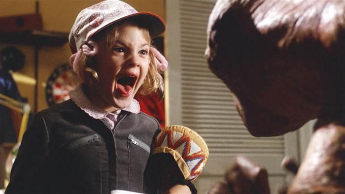 茱兒芭莉摩被ET嚇到尖叫,是「外星人」中的經典片段。圖/摘自imdb