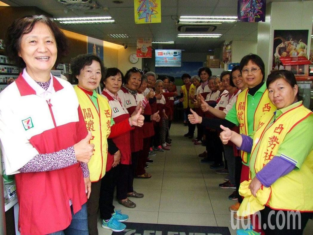 永康西勢社區36名老人家到超商當一日店員,對這人生初體驗感到興奮不已。 ...