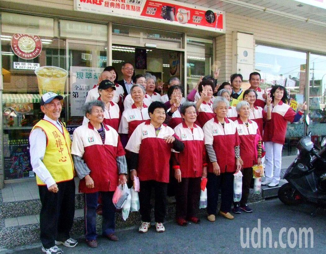 永康西勢社區36名老人家到超商當一日店員,對這人生初體驗感到興奮不已。 圖/西...