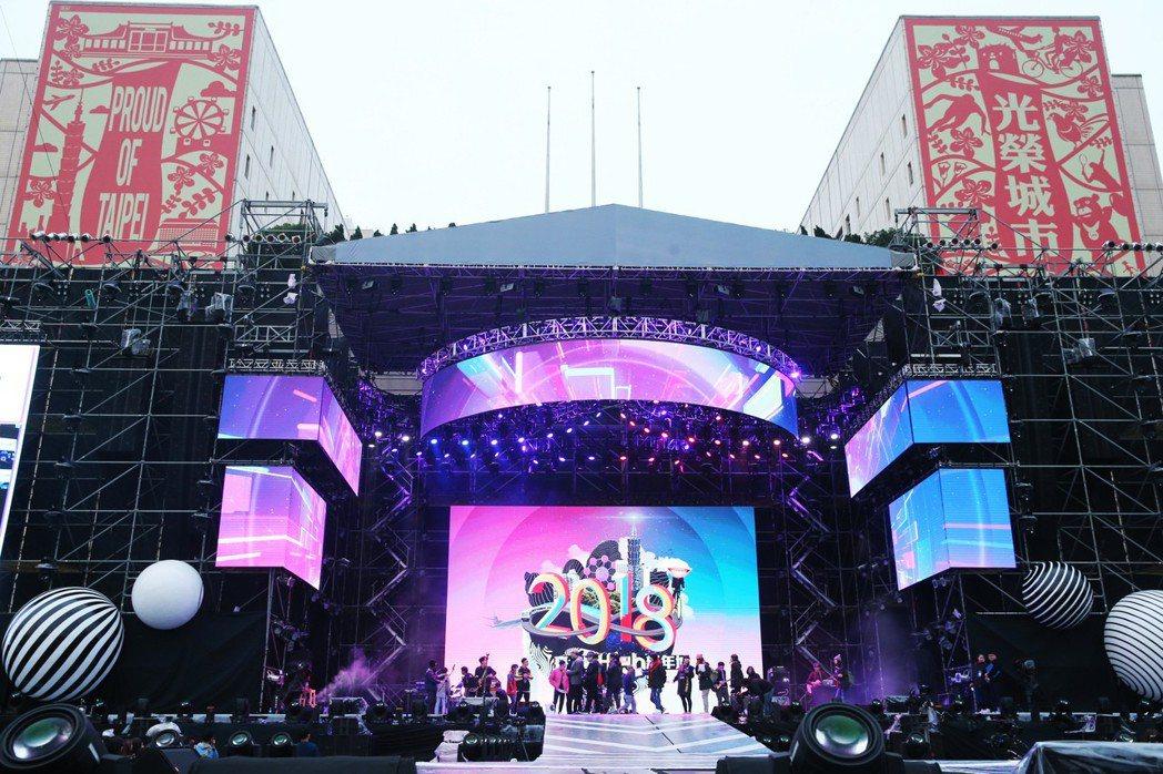 台北醫學大學附設醫院急診部長高偉峰表示,跨年夜若想與朋友一起參加演唱會同歡,建議...