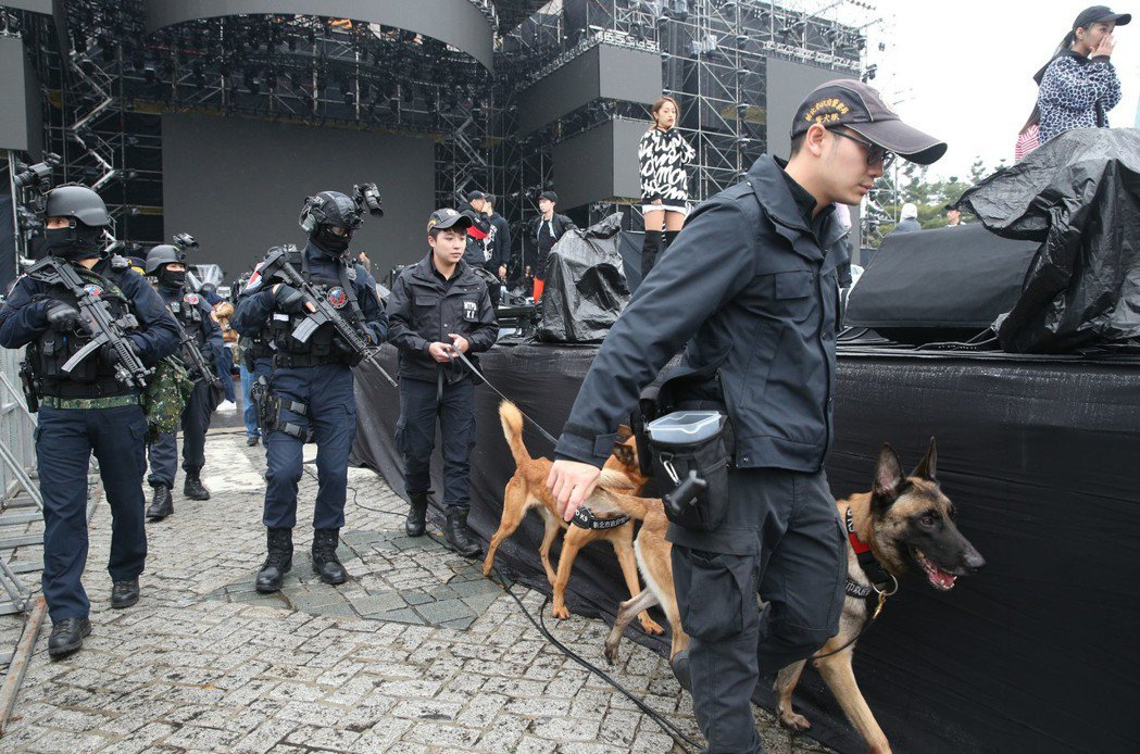 警方組成「反恐打擊部隊」,利用偵爆犬敏銳嗅覺,檢查會場是否被放置爆裂物。 記者林...