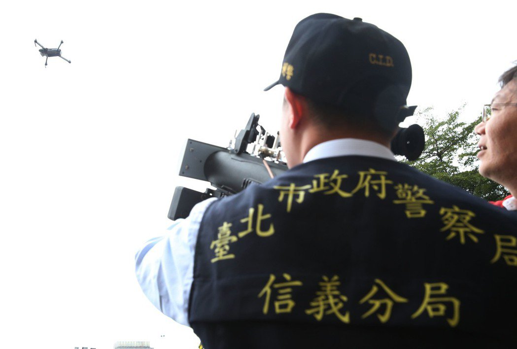台北市警方出動空拍機攔阻器,避免有心人士以空拍機攻擊。 記者林俊良/攝影