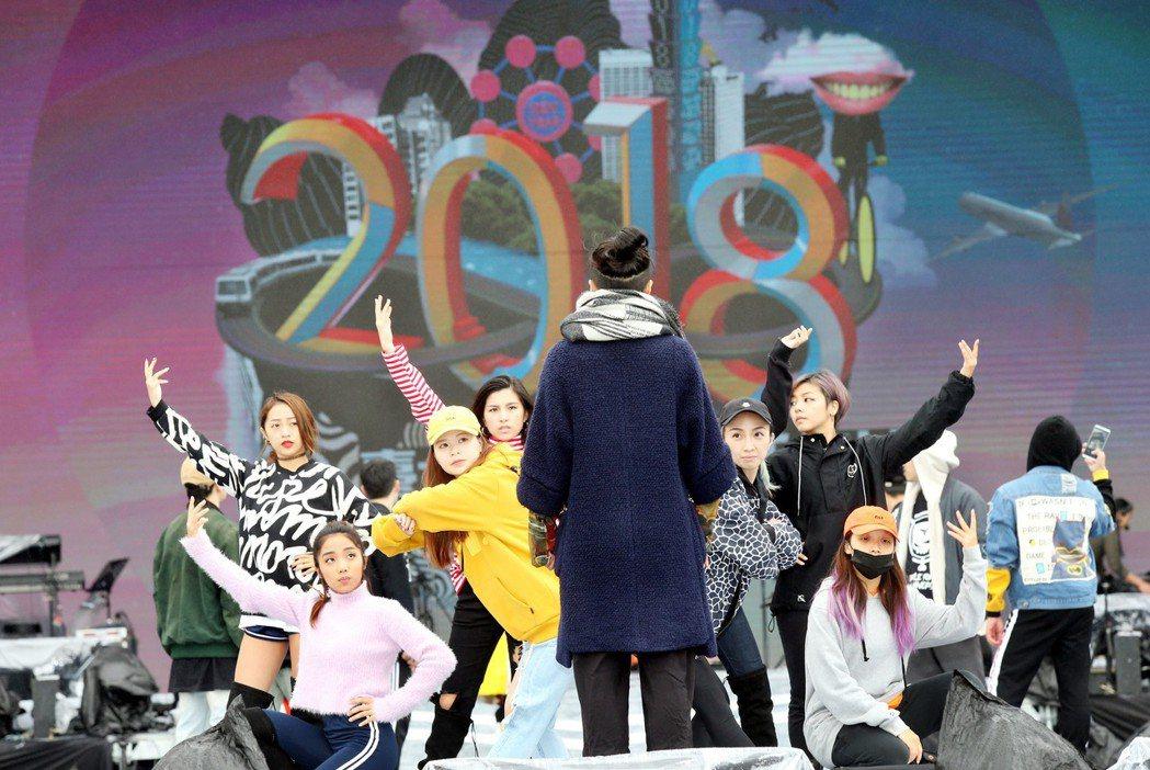 台北市跨年晚會每年都有大批人潮聚集。圖為晚會彩排情形。 記者林俊良/攝影