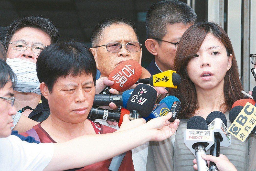 洪仲丘母親(左二)、姊姊洪慈庸(右一)聆聽高院判決後向媒體表達不滿。 圖/聯合報...