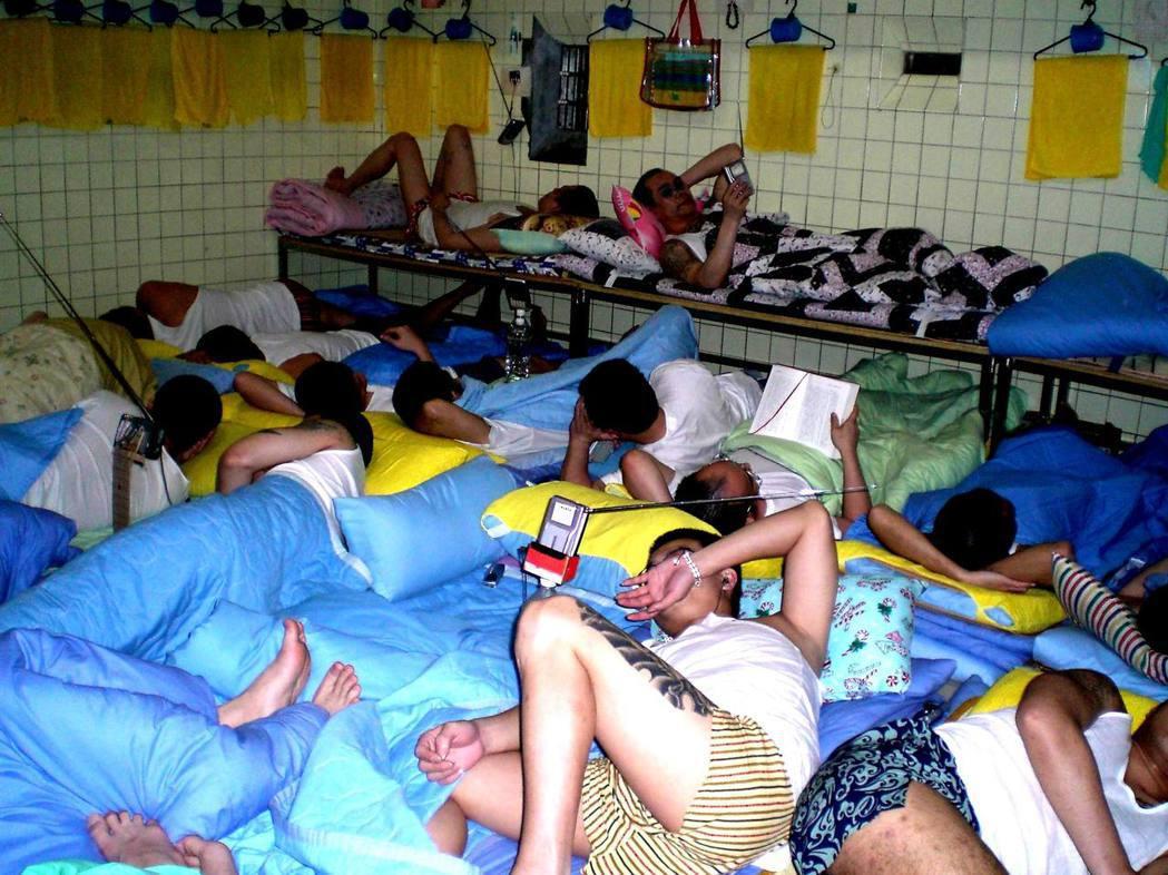 桃園監獄人滿為患,牢房夏天太悶熱,獄方開放作業工場讓收容人睡覺,只有表現好的才能...