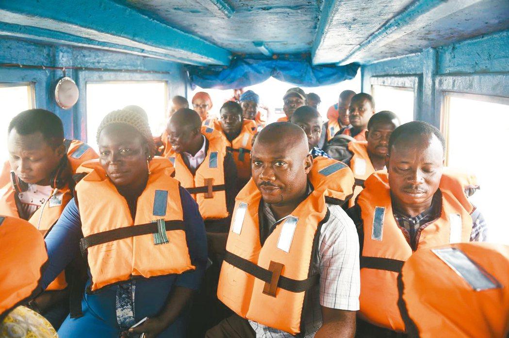 在奈及利亞第一大城暨商業中心的拉哥斯市,若想迅速穿越潟湖到達其他地方,似乎沒有比...