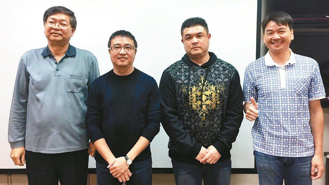 華義董事長張協建(左二)及公司團隊高層。 記者曾仁凱/攝影