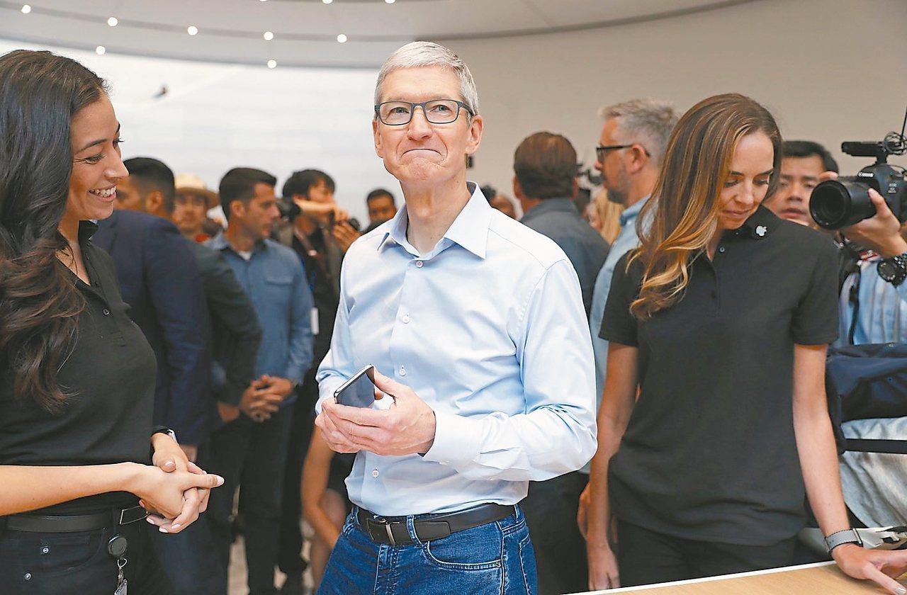 蘋果執行長庫克上年度薪酬較前一年激增47%,主要是因營收及獲利雙雙超越目標,但研...