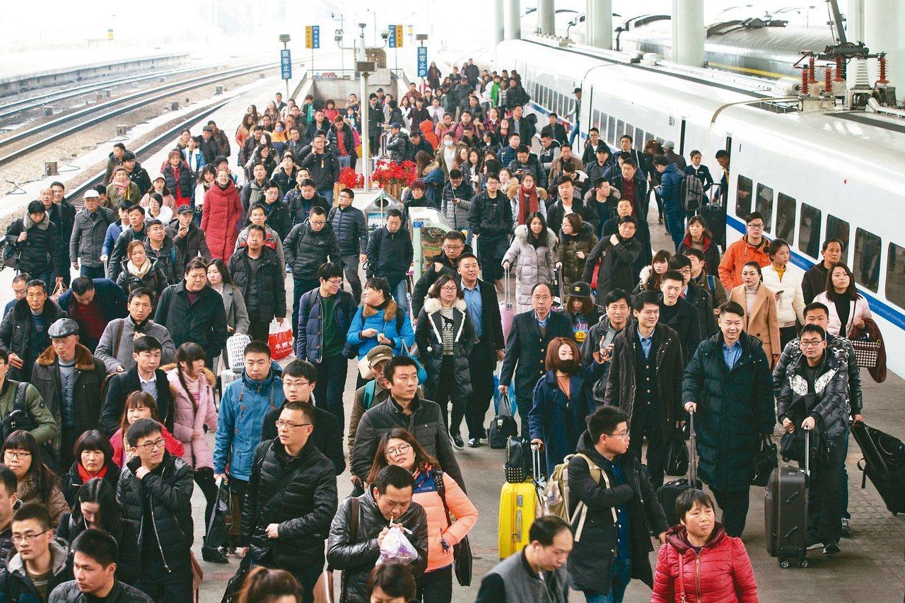 美國人口普查局估計,2018年元旦,全世界人口總數將突破74億人,中國總人口數仍...