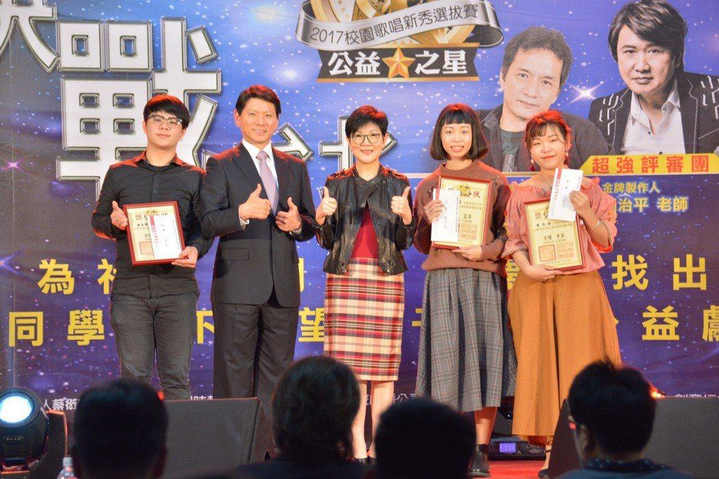 正聲廣播公司董事長劉本善、中視慈善愛心基金會董事長胡雪珠、年度前三名優勝選手。