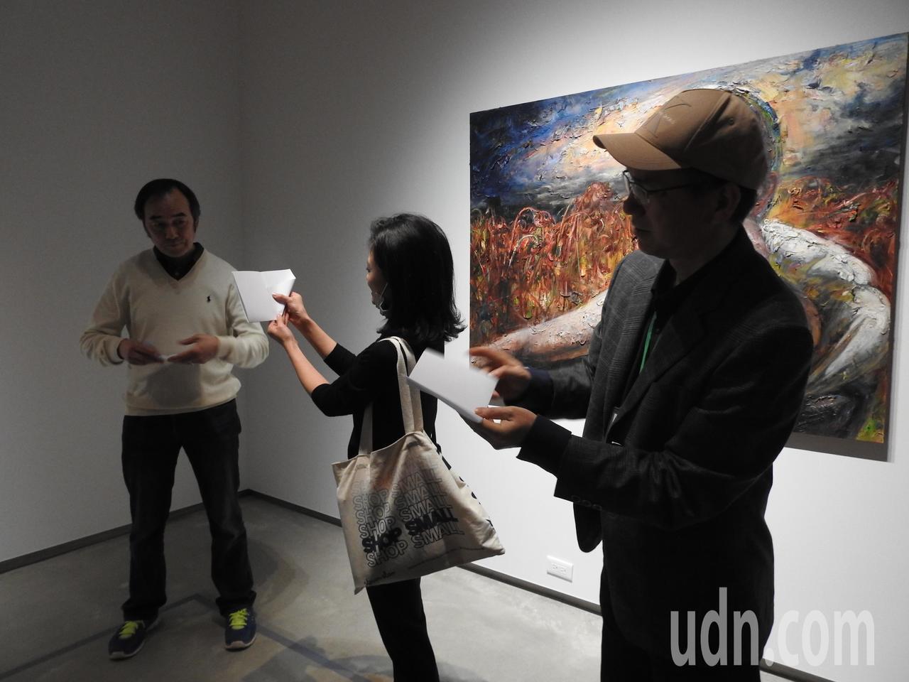 王勝個展頻繁見船,毓繡美術館因此規劃活動,邀民眾動手摺紙船且寫上夢想。記者賴香珊...