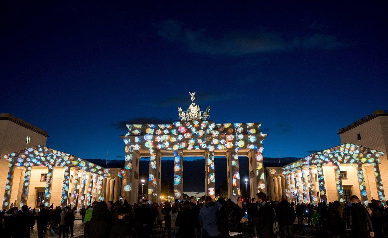 今年10月在柏林市布蘭登堡門舉辦的「燈光節」吸引大批民眾前往觀賞。歐新社