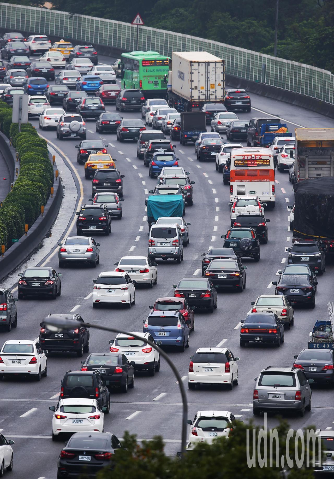 元旦連假第一天,國道三號南下土城至樹林路段湧車潮。記者王騰毅/攝影