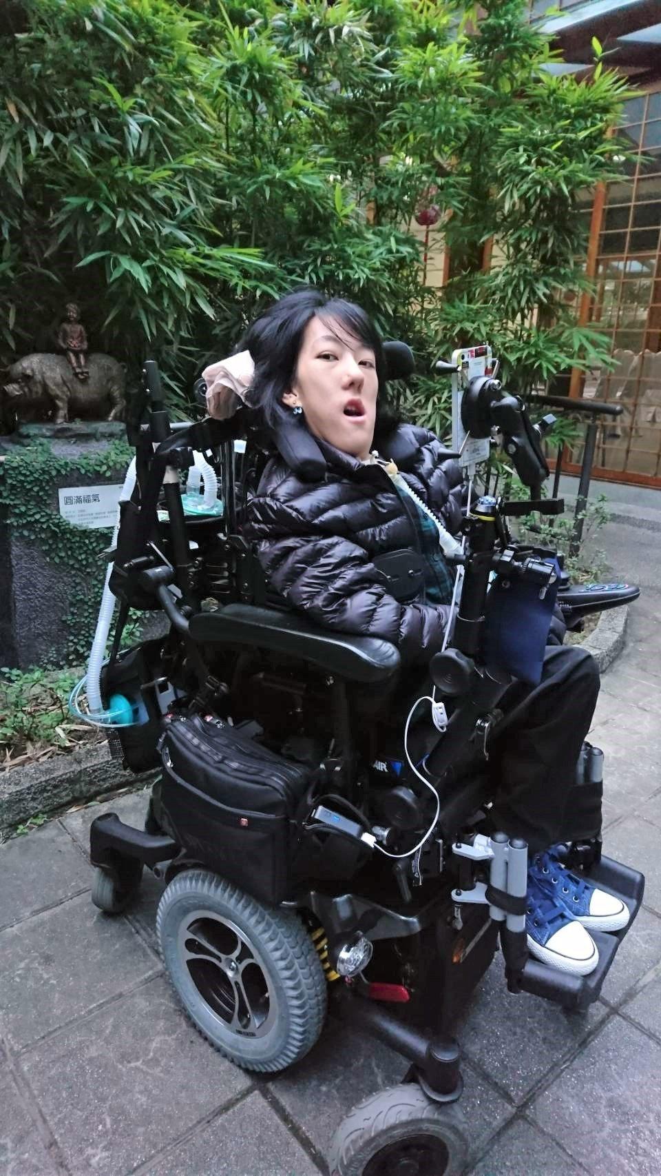 自幼罹患線狀體肌肉病變的19歲女孩陳婉坪,有著常人難及的樂觀與韌性,她用氣音說出...