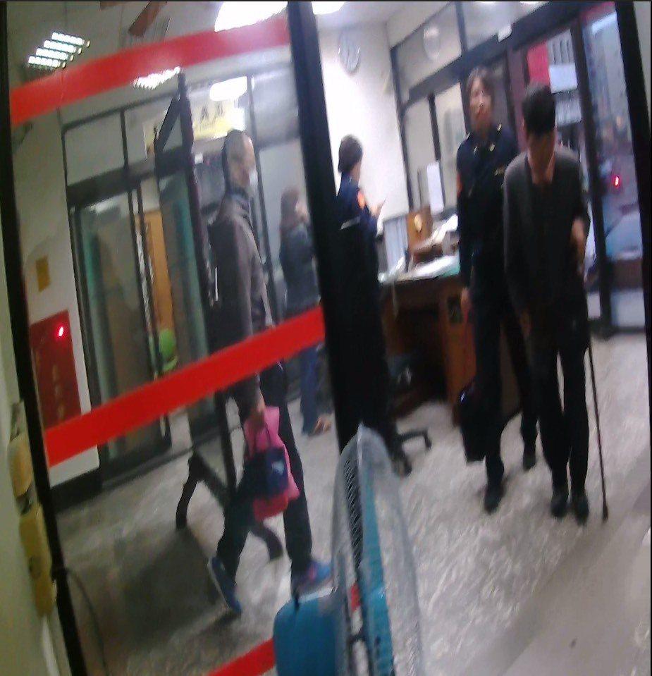 婦人被趕出租屋處,台中警方送暖。記者游振昇/翻攝