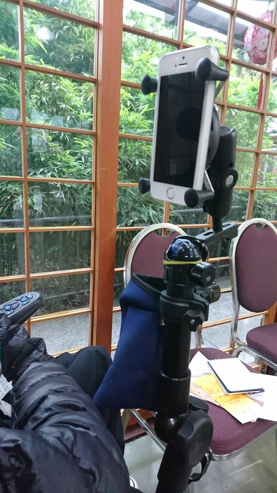 婉坪長年坐在輪椅或躺臥床上學習,亟需要一只萬用的架子,能接電腦螢幕、也能接平板、...