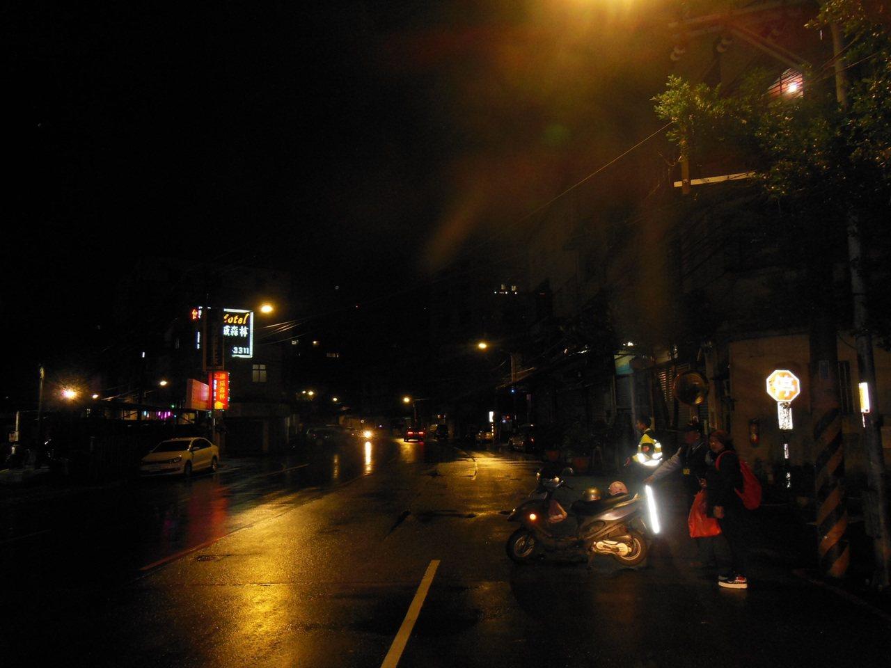 新北市詹姓男子昨晚騎機車到安親班載9歲女兒下課,帶了晚餐及藥品要給中風在床的妻子...