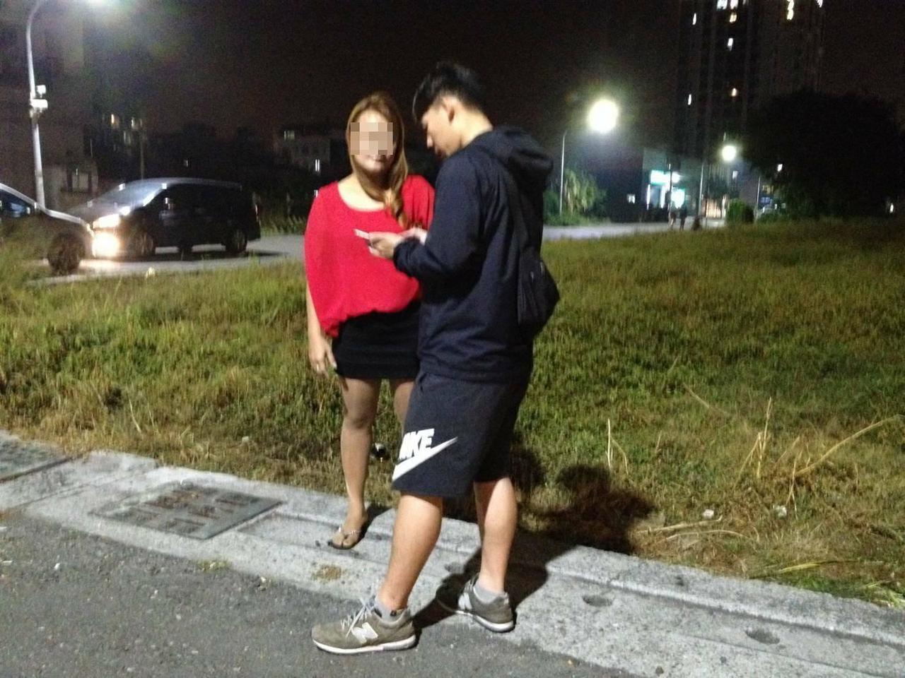 警方攔下赴約的蘇女。記者林保光/翻攝