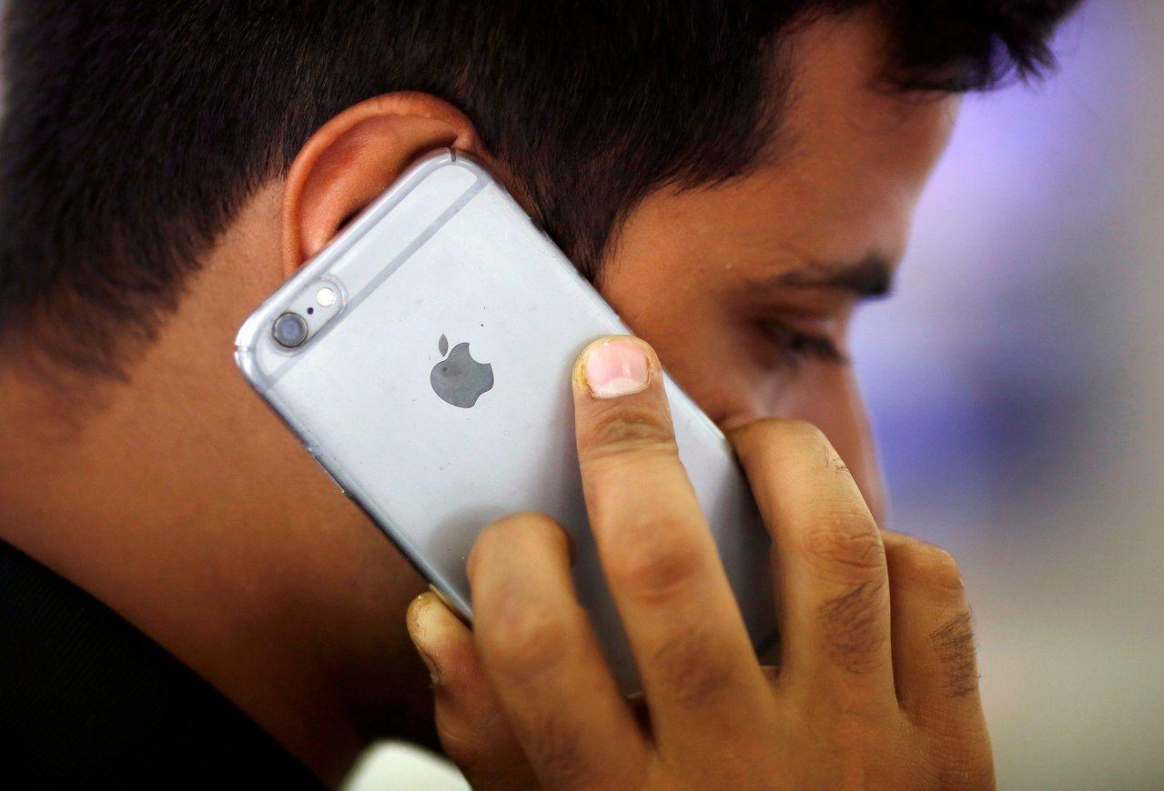 新德里一名男子用iPhone通電話。路透