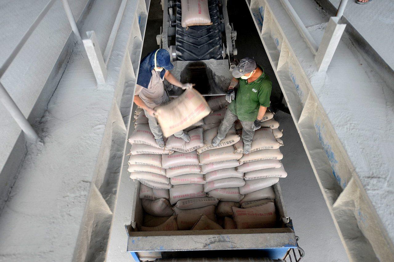 水泥熟料是水泥的半成品,加入適當材料,經粉磨後就可製成水泥。新華社資料照