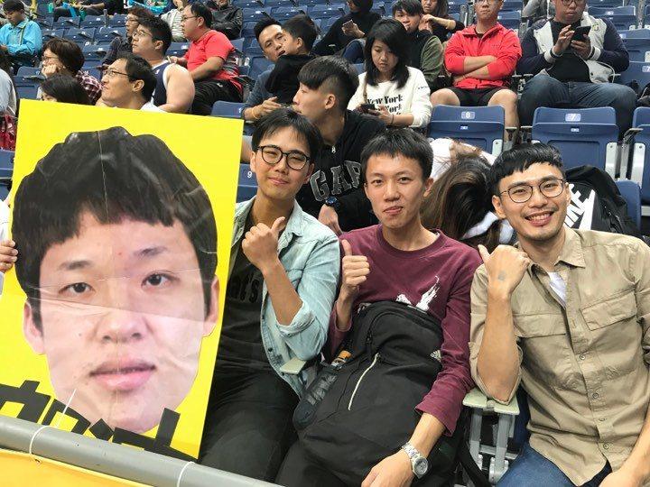 台銀前鋒陳侑昫的堂兄與堂弟自製人頭看板為他加油打氣。記者劉肇育/攝影