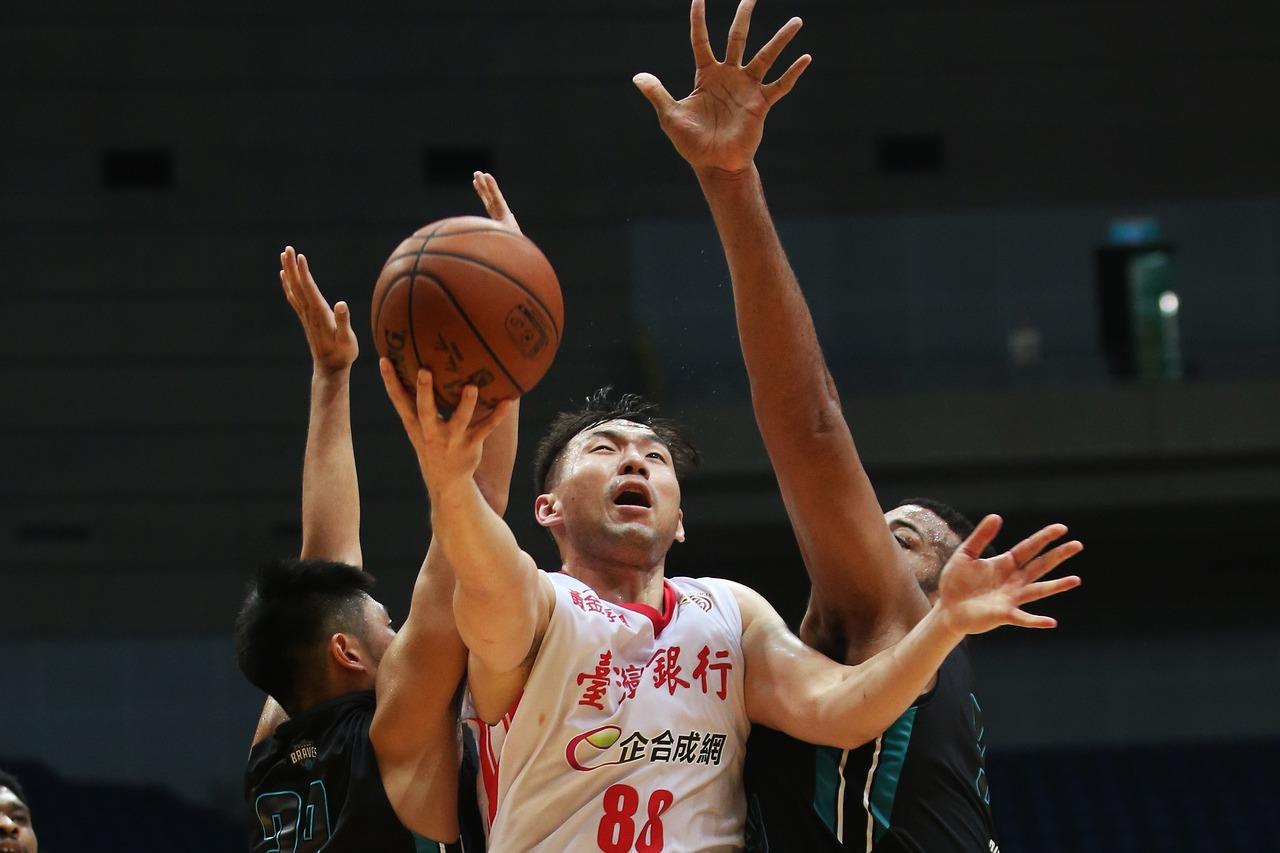 龍弘元投進生涯首個致勝球,幫助台銀收下四連勝。圖/中華籃協提供