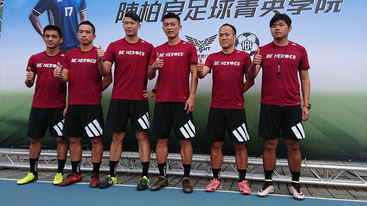陳柏良(右三)與教練團合影。記者 吳思儀/攝影