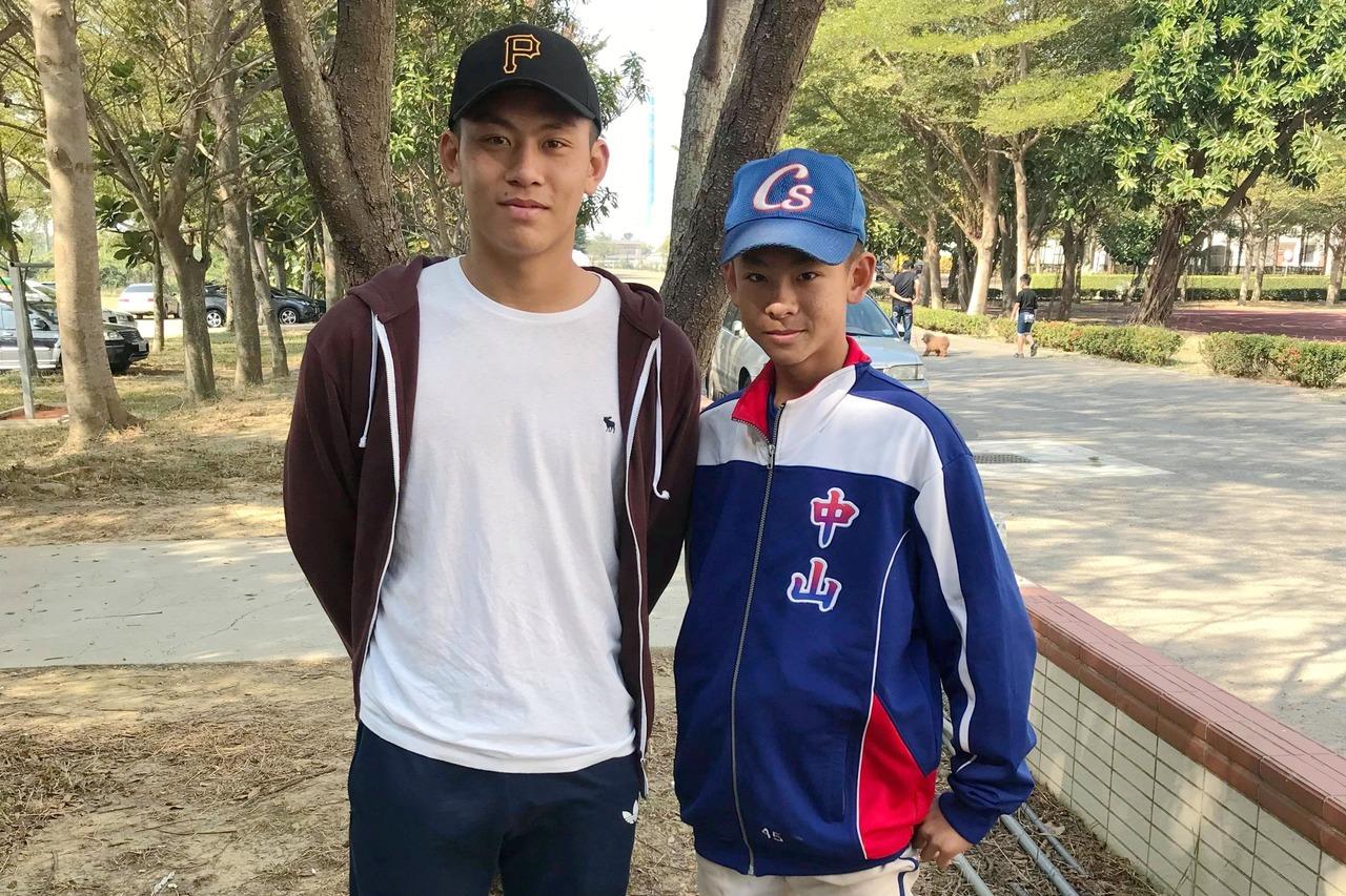 平鎮高中捕手戴培峰(左),到場替就讀中山國中的弟弟戴昱峰打氣。圖/學生棒聯提供