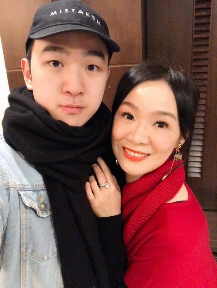 徐薇(右)很粘兒子大成,卻為了他的興趣,放手讓他到北京生活打拚。圖/徐薇提供