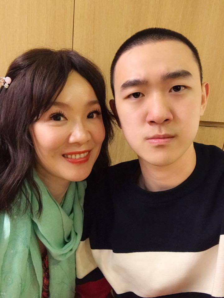 大成(右)才剛當完兵,還留著一頭平頭,就決定赴北京工作生活,徐薇跟著去為他打理食...