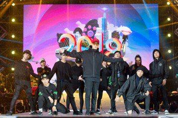 周湯豪31日將為「2018臺北最High新年城」擔任開場歌手,他30日晚上冒雨彩排,死忠粉絲圍觀不肯散去。周湯豪預告,明晚將與舞群、樂團合作,帶來編制較大的舞台表演,絕對是個人演唱會才有的規格。至於...