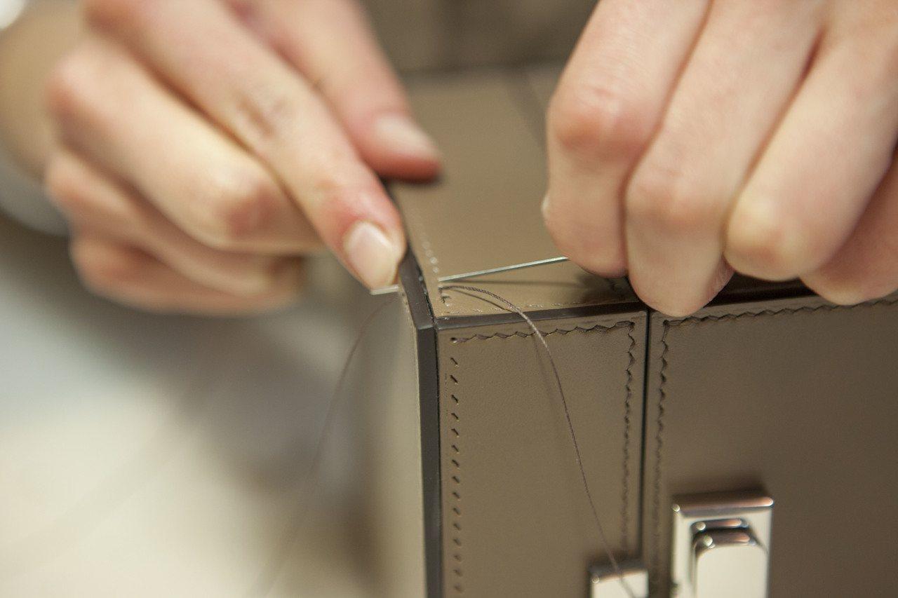 資深工匠以法國傳統全手工的90度斜角縫製技術打造Mini Vanity包款。圖/...