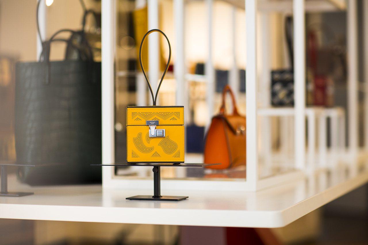 Mini Vanity黃色穿孔Art Deco裝飾藝術花紋手鐲包,售價15萬7,...