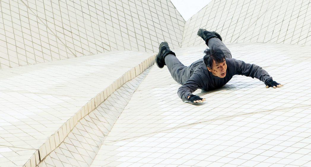 成龍在雪梨歌劇院屋頂拍動作場面。圖/威視提供