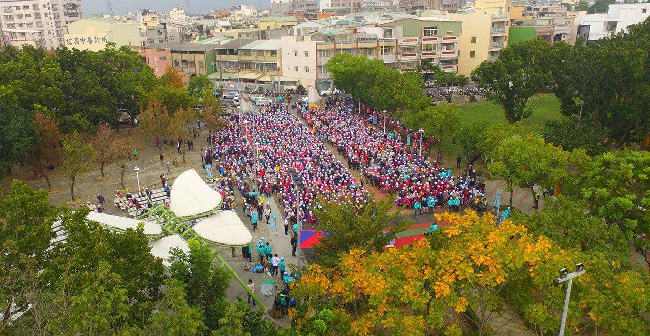 民雄現場下午有近2000名支持者,將民雄早安公園擠得滿滿的。圖/翁章梁團隊提供