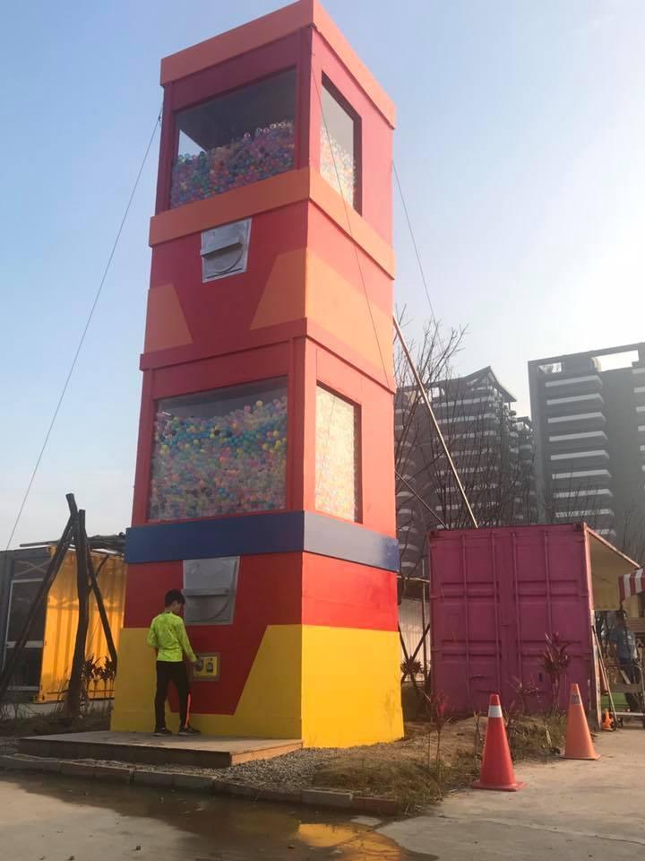 高約4層樓的巨型扭蛋機。圖/摘自2017淡水蛋蛋嘉年華粉絲頁