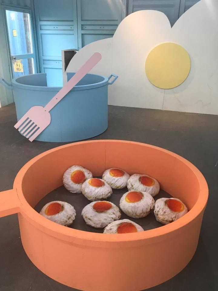 淡水蛋蛋節內設有巨型煎鍋供民眾拍照打卡。圖/摘自2017淡水蛋蛋嘉年華粉絲頁