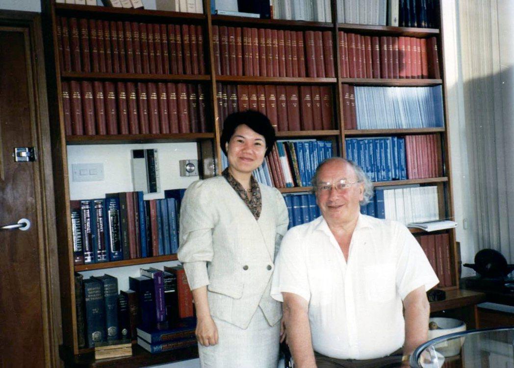 王富美(左)在製作B型肝炎篩檢試劑時,曾邀B肝病毒發現者巴魯克.布隆伯格擔任顧問...