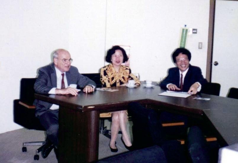 諾貝爾獎得主約翰.范恩(左)每次與王富美見面,都會邀請她到辦公室喝下午茶。 文/...