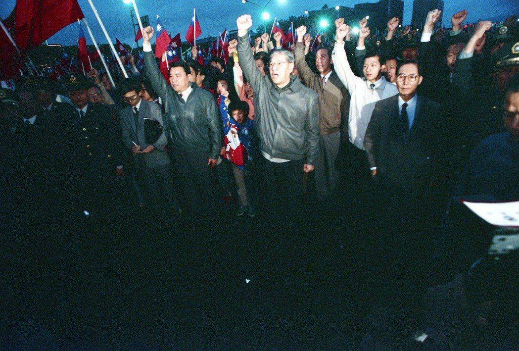 1989年李登輝(中著灰色皮夾克者)與萬餘民眾參加元旦升旗典禮。 圖/聯合報系資...