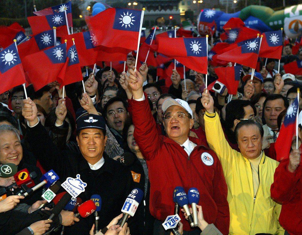 2004年國民黨主席連戰(中)、親民黨主席宋楚瑜(左二),與新黨主席郁慕明(右一...