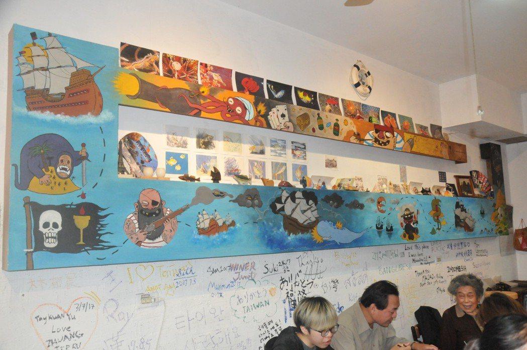 咖啡廳裝潢很有海洋的味道,牆壁畫滿海洋世界的卡通漫畫人物。 記者游明煌/攝影