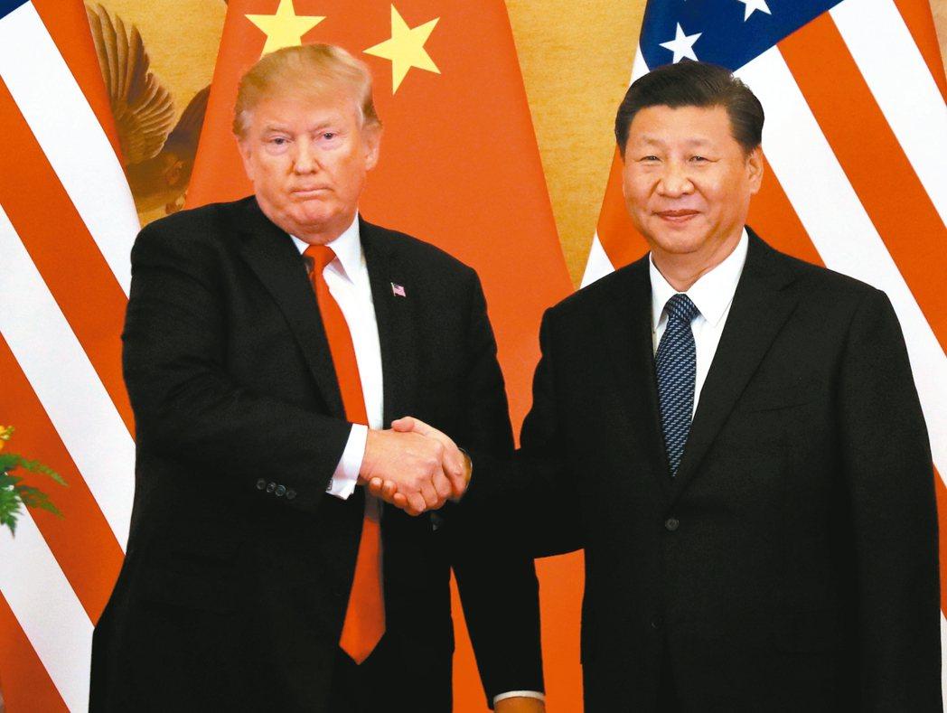 美國總統川普(左)在貿易議題上至今似乎對中國僅止於撂狠話,但2018年若真採取行...