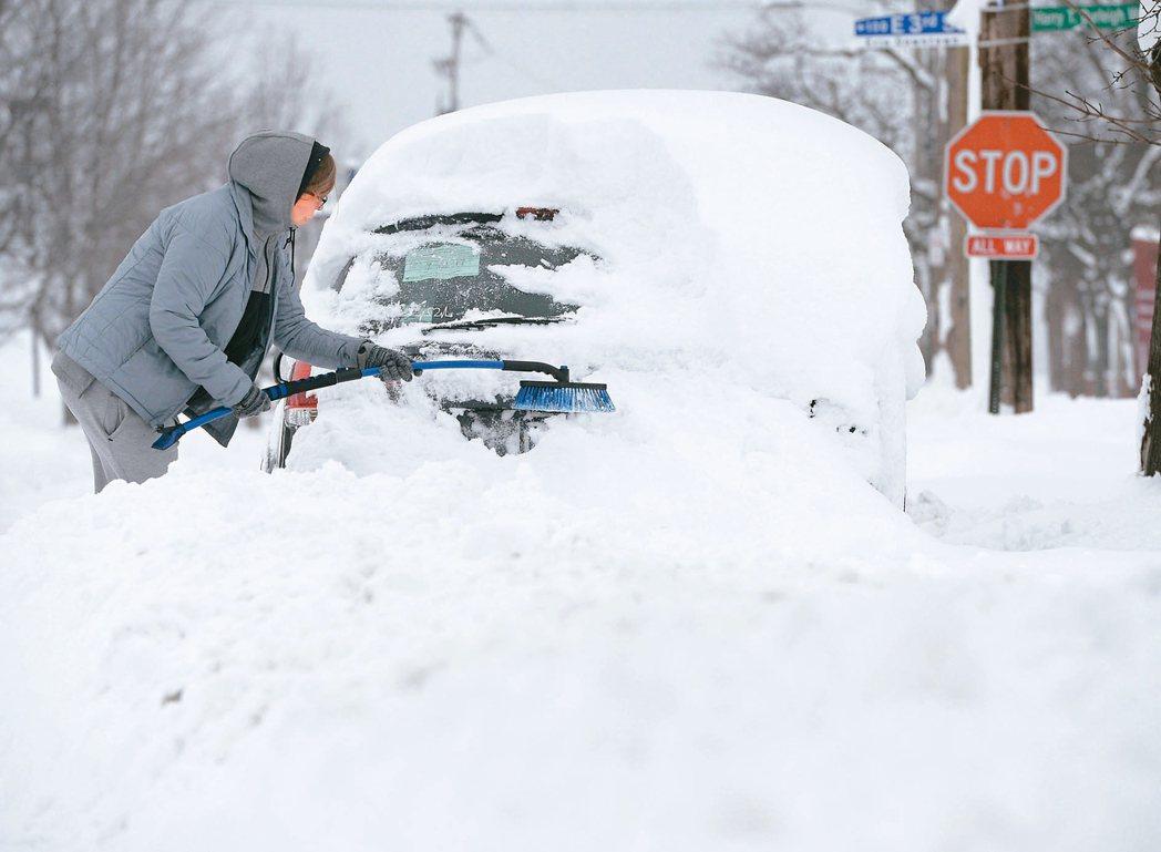 在極地冷氣團侵襲下,美國東北和中西部地區居民將在天寒地凍中迎接新年。這波寒流在美...