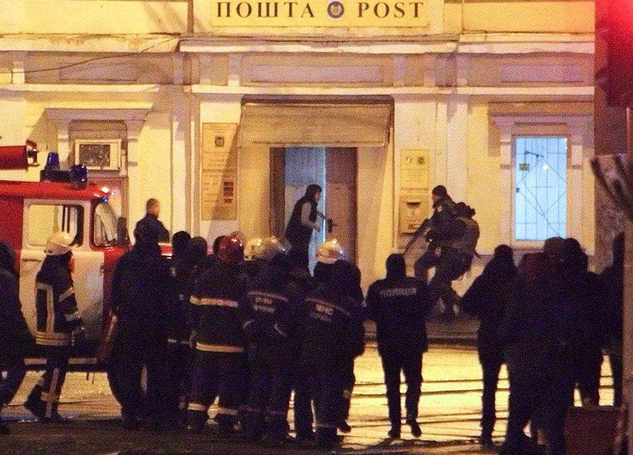 04特警攻堅營救 烏克蘭郵局人質危機落幕 歐新社